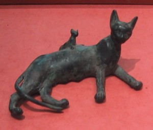 707px-Ancient_Egyptian_bronze_statue_of_a_reclining_cat_and_kitten-300x254